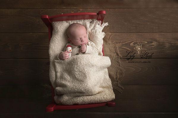 petit lit de noel un portrait de bébé à la naissance pour noel par lyly flash photographe du var près de saint raphael
