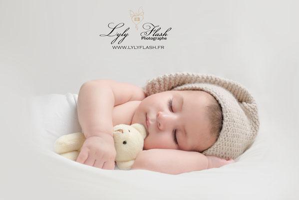 photographe bébé 3 mois studio photo dort avec doudou portrait d'art