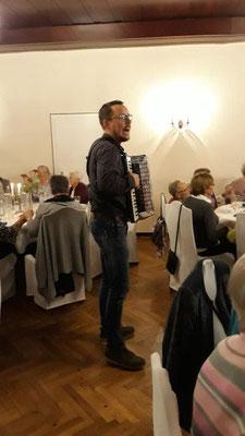 Akkordeonspieler Dominik Ortner sorgt für Stimmung