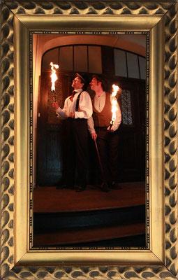 Licht ins Dunkel zu bringen beherrschen Holmes und Watson dank Feuerjonglage oder modernster LED Technik.