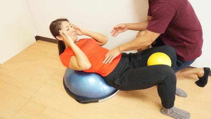 不安定なドーム型のボスを使うことでインナーマッスルをより活性化させることが出来ます。写真では腹直筋(お腹の前)を狙っています。