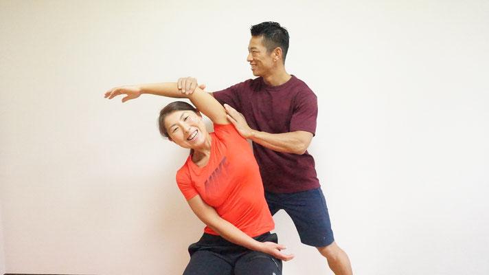 姿勢確認後は姿勢改善を行います。それからトレーニング開始になります。理由として、左右対称に効かせることが出来るからです。シンメトリーなカラダを作る為に姿勢改善は必須です。