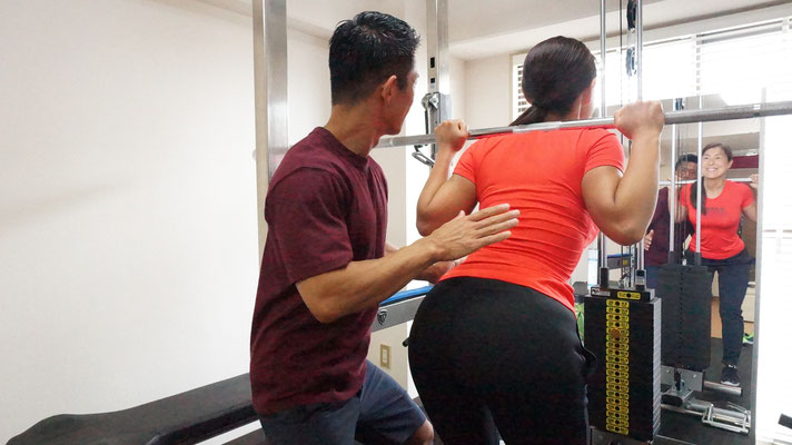 動作時に狙った筋肉を意識できるよう、タッチ法というテクニックを使用することもございます。