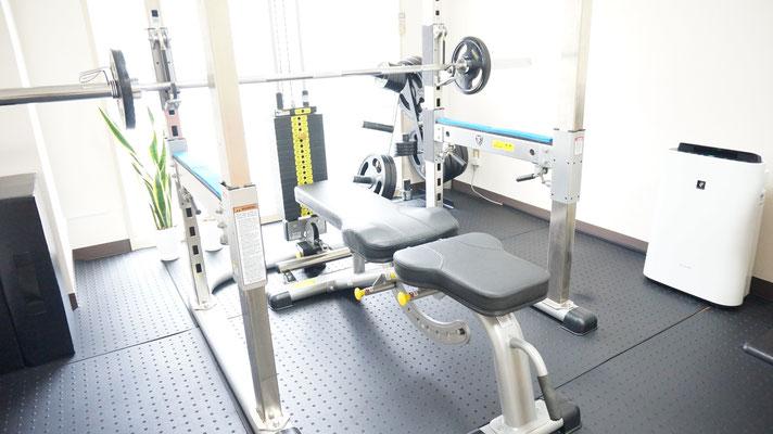中野パーソナルトレーニングジム内にあるパワーラックというマシンです。主にカラダの大きい筋肉をトレーニングで鍛える際に使用します。スクワットやベンチプレス、ラットプルなどが行えます。