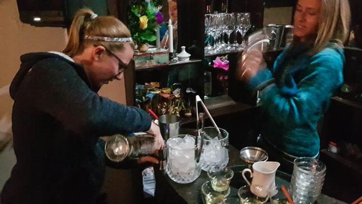 Lea und Larissa mixen ein Singani Sour.