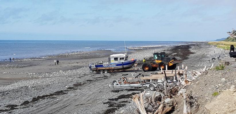 Traktor der Boote aus dem Wasser zieht in Anchor Point