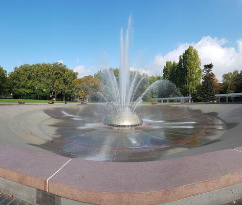 riesiger Springbrunnen mit Musik. Wurde von einem Künstler gemacht