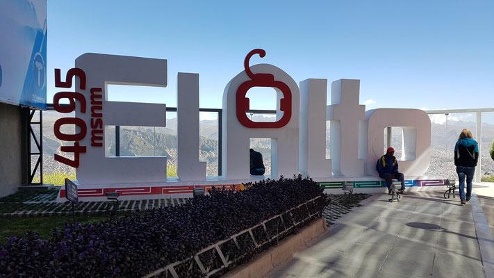 Mit der Seilbahn ging es nach El Alto. La Paz und El Alto gehen fliessend ineinander über. El Alto gilt aber als ärmere Gegend und sei auch sehr gefährlich. Wir machten nur ein Foto, genossen die Aussicht und fuhren wieder hinunter.