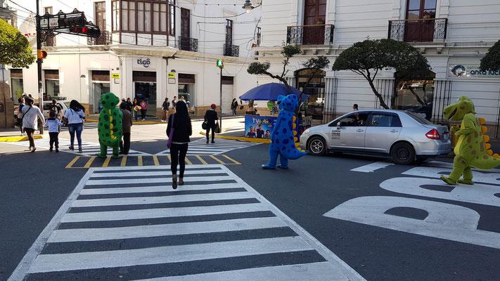 Schülerlotsen in der Stadt... Gibts auch als Zebra :)