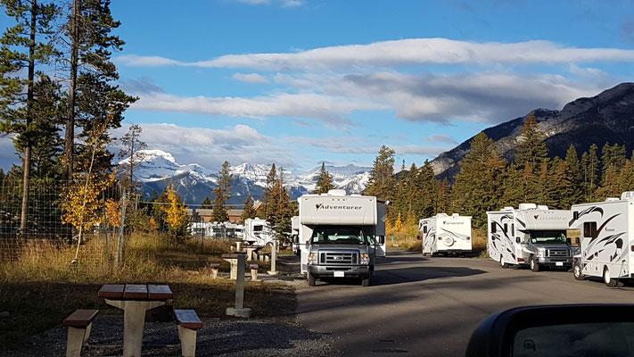 Campingplatz in Banff. Der Platz selber ist ja nicht schön, dafür die Aussicht umso mehr.
