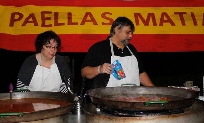 Matias et son épouse, cuisiniers spécialisés en paellas