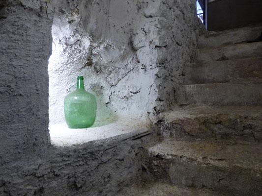 Descente dans la cave à vin, huile et glacière de la maison