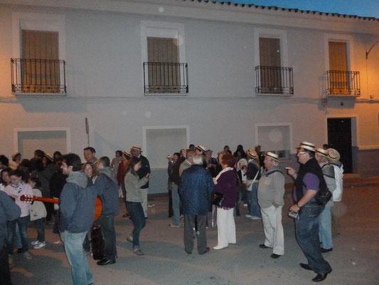 Les Amis de Pedro Muñoz se présentent face à la Ermita, lieu du concours