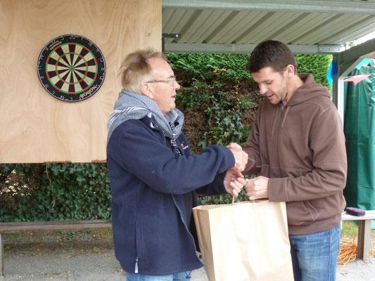 Remise du 1er prix fléchettes - Panier gourmand DV