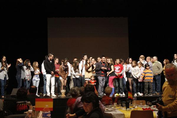 Les espagnols chantent l'hymne de Pedro Muñoz
