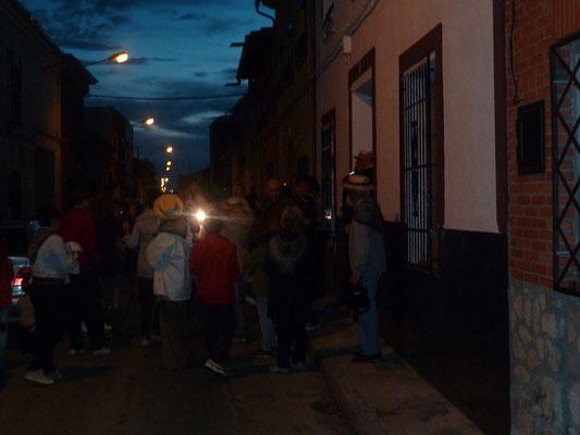Les invités commencent à danser dans la rue Estenaga !