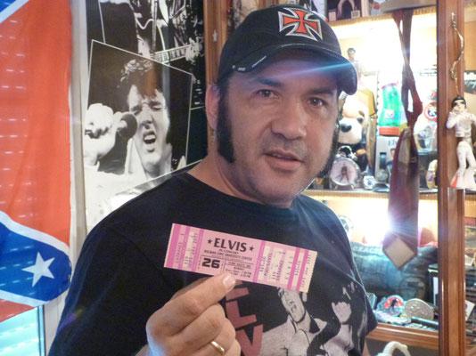 Marcos nous montre un ticket de concert qui n'a pas eu lieu en raison du décès du King