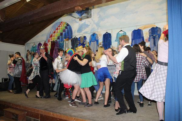 Tanz für ehemanlige Gardemädels und Clowns