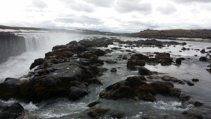 Weg zum Selfoss über Steine