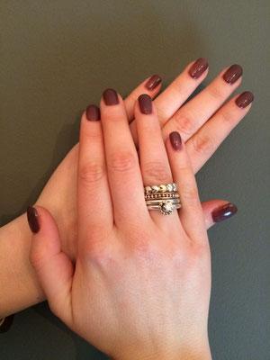 Nagels met een overlay gemaakt met gel en kleur