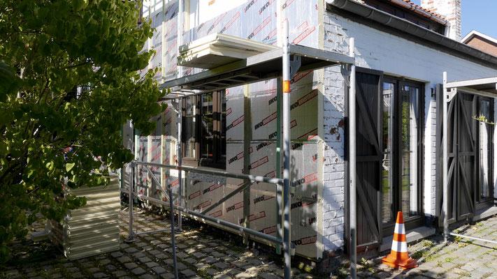 Mise en place des panneaux isolants pour façade.