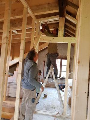 Die Inneneinteilung ist in Ständerbauweise aus Holz errichtet
