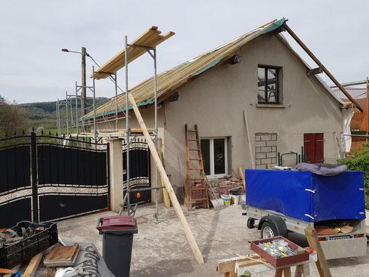 das Dach wartet auf den Aufbau der Lukarne