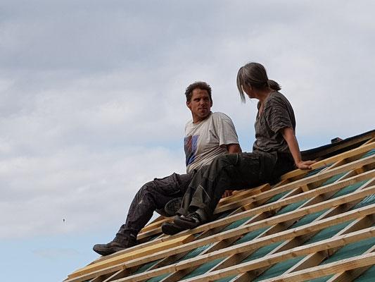 wir beide auf dem Dach bevor die Ziegel verlegt wurden