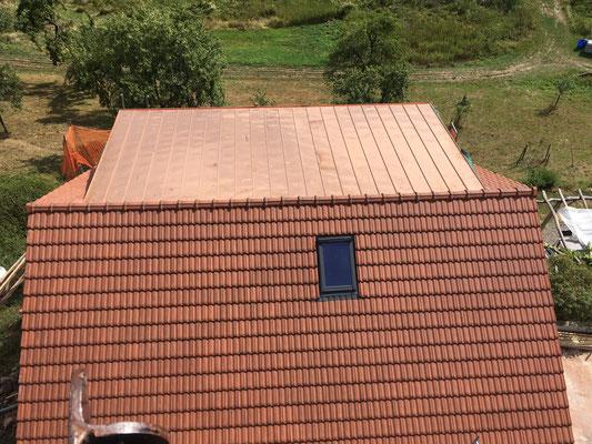 Foto vom neuen Dach in schwindelerregender Höhe mit dem Teleskoparm des Krans fotografiert.