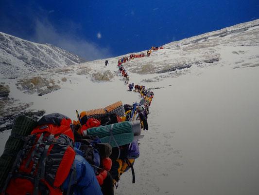Menschenmassen auf dem Weg zum Gipfel des Mount Everest - nur eines der beeindruckenden Bilder der Berg-Ausstellung