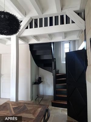Escalier en laque noir avec marches vitrifiées