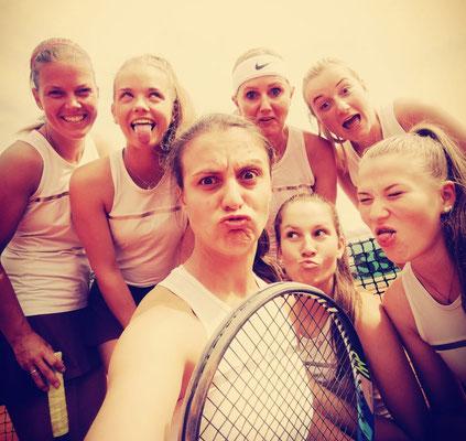 """Unsere Meisterinnen beim Posing für """"Austrias next Tennis-Crack"""""""