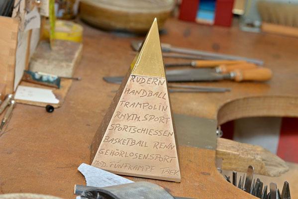 Die rohe Pyramide auf der Werkbank. Noch fehlt der Feinschliff. Foto: 2000meter.de