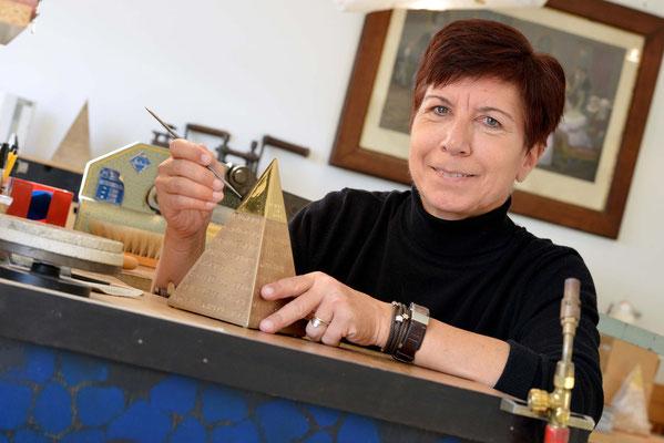 Die Goldschmiedin in ihrem Element: Angela Schuster begutachtet das Meisterstück für die frühere Weltklasse-Schwimmerin Franziska van Almsick. Foto: 2000meter.de