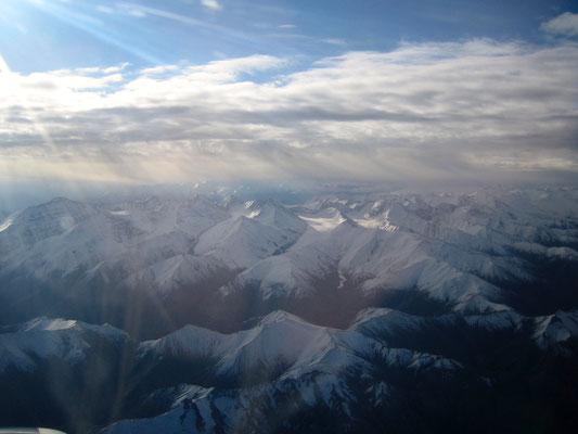 Der Inlandsflug über den Vorderen Himalaya ist Atem beraubend