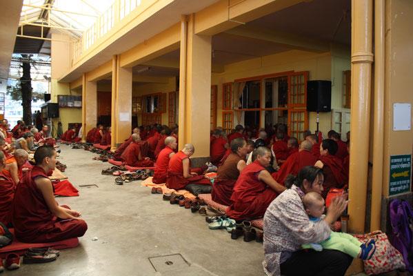 Im Tempel des Dalai Lama versammeln sich jeden Tag die Gläubigen