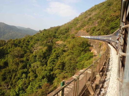 Dann geht es los: Mit dem Zug ins Inland, in den Nachbarstaat Karnataka