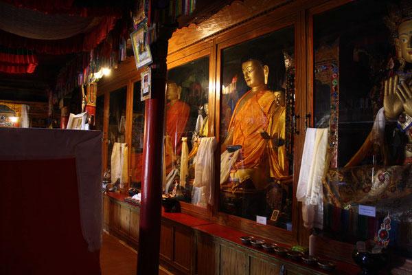 Im Gebetsraum werden die vielgestaltigen Buddhas verehrt