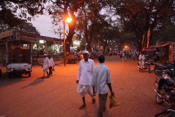 Das normale Badami bietet sich als eine Stadt dar, wie sie typischer nicht sein kann für Indien