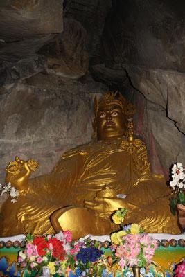 ... und sehen uns in einem Höhlentempel noch einmal dem mächtigen Padmasambhava gegenüber