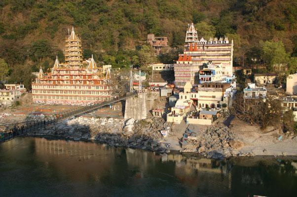 Ganz anders zeigt sich Indien an unserer ersten Station der Reise, dem Pilgerort Laxman Jhula am heiligen Ganges