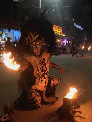 ... wenn die Mayas in den Straßen ihre rituellen Tänze vorführen ...