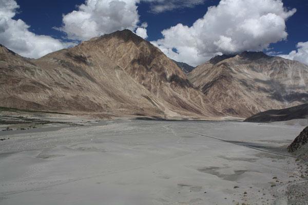 Ziel dieser Reise ist das wüstenhafte Nubra-Tal umgeben von Sechstausender-Bergen