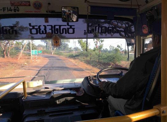 Mit dem Überlandbus geht es weiter zur zweiten Station in Karnataka: Hampi