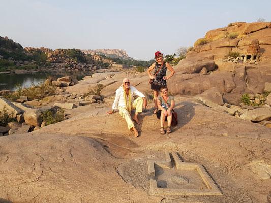 Am Ufer sind Ritualplätze für Feiern im Namen des Gottes Shiva in den Stein gehauen