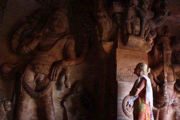 Ebenfalls in Badami gibt es mit größter Kunstfertigkeit in den Fels geschlagene Höhlentempel