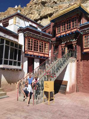 Im Ort Shakti besuchen wir ein Höhlenkloster, in dem noch der magisch-tantrische Buddhimsus praktiziert wird