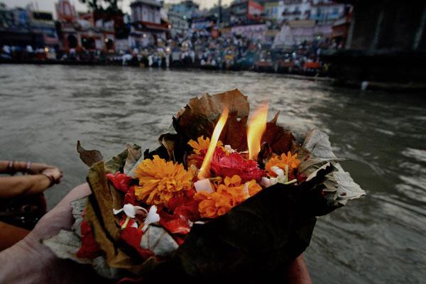 Und wie alle Inder übergeben wir ein geweihtes Opferschiff den heiligen Fluten