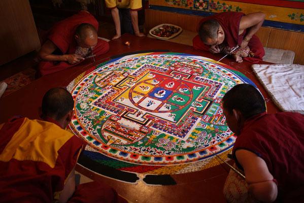Mit etwas Glück erleben wir die rituelle Herstellung eines Sand-Mandalas