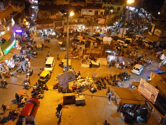 ... abends in einem der Dachterrassenrestaurants in Pahar Ganj speisen ...